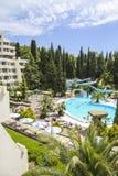 πολυτελής κολύμβηση λιμνών ξενοδοχείων Στοκ εικόνες με δικαίωμα ελεύθερης χρήσης