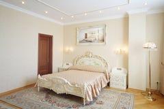 Πολυτελής κρεβατοκάμαρα με το όμορφο διπλό κρεβάτι Στοκ Εικόνες