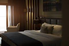 Πολυτελής κρεβατοκάμαρα με δύο πετσέτες στο κρεβάτι Στοκ φωτογραφία με δικαίωμα ελεύθερης χρήσης