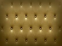 Πολυτελής σκοτεινή χρυσή ταπετσαρία καθισμάτων δέρματος Στοκ φωτογραφία με δικαίωμα ελεύθερης χρήσης