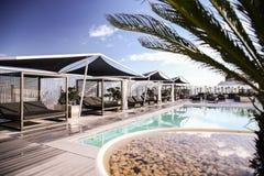 Πολυτελής τυρκουάζ πισίνα στοκ εικόνα