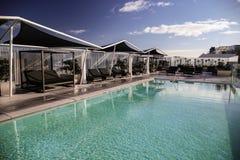 Πολυτελής τυρκουάζ πισίνα στοκ φωτογραφίες με δικαίωμα ελεύθερης χρήσης