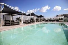Πολυτελής τυρκουάζ πισίνα στοκ εικόνες