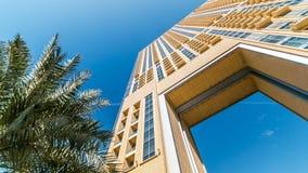 Πολυτελή κτήρια κατοικιών και επιχειρήσεων με την αψίδα timelapse στη μαρίνα του Ντουμπάι, Ε.Α.Ε. απόθεμα βίντεο