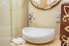 Πολυτελή υδραυλικά λουτρών στο δωμάτιο ξενοδοχείου Εσωτερικά στοιχεία λουτρών Στοκ φωτογραφία με δικαίωμα ελεύθερης χρήσης
