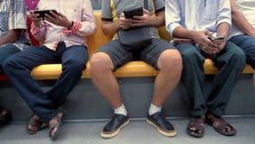 Πολυφυλετικοί άνθρωποι που χρησιμοποιούν τις κινητές συσκευές στον υπόγειο απόθεμα βίντεο