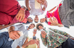 Πολυφυλετικοί φίλοι με τα έξυπνα τηλέφωνα στοκ φωτογραφία