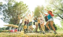 Πολυφυλετικοί φίλοι που έχουν τη διασκέδαση στο κόμμα κήπων PIC NIC σχαρών στοκ φωτογραφία με δικαίωμα ελεύθερης χρήσης