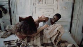 Πολυφυλετικός χρόνος εξόδων ζευγών από κοινού Αρσενικός και θηλυκό που βρίσκεται στο κρεβάτι, γέλιο Πάλη ανδρών και γυναικών με τ απόθεμα βίντεο