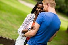 Πολυφυλετικό ζεύγος στο πάρκο Στοκ φωτογραφίες με δικαίωμα ελεύθερης χρήσης