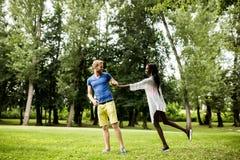 Πολυφυλετικό ζεύγος στο πάρκο Στοκ Εικόνα