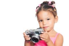 Πολυφυλετικό μικρό κορίτσι που κρατά μια συμπαγή κάμερα Στοκ Φωτογραφία