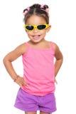 Πολυφυλετικό μικρό κορίτσι που φορά το κίτρινο sunglasse Στοκ Εικόνες