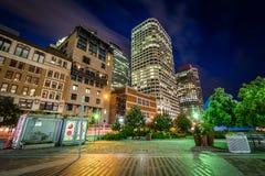 Πολυόροφα κτίρια και το πάρκο Plaza Κεντρικής Τράπεζας των ΗΠΑ τη νύχτα, στη Fi Στοκ φωτογραφίες με δικαίωμα ελεύθερης χρήσης