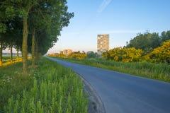 Πολυόροφο κτίριο κατά μήκος ενός δρόμου στην ανατολή Στοκ φωτογραφία με δικαίωμα ελεύθερης χρήσης
