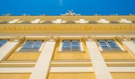 Πολυόροφο κτίριο με τα διαμερίσματα στη Βιέννη Στοκ Εικόνες