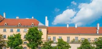 Πολυόροφο κτίριο με τα διαμερίσματα στη Βιέννη Στοκ φωτογραφία με δικαίωμα ελεύθερης χρήσης