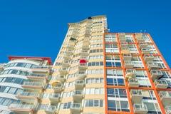 Πολυόροφο κτίριο στον ήλιο το καλοκαίρι Στοκ φωτογραφία με δικαίωμα ελεύθερης χρήσης