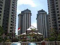 Πολυόροφο κτίριο της Ινδονησίας με τη εθνική σημαία Στοκ φωτογραφία με δικαίωμα ελεύθερης χρήσης