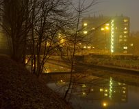 Πολυόροφο κτίριο, φραγμός appartement στην υδρονέφωση Στοκ Εικόνες