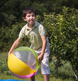 Πολυ-εθνικά παιδιά που παίζουν τη σφαίρα Στοκ Εικόνες