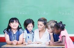 Πολυ εθνική τάξη με το δάσκαλο που εξηγεί το lesso μαθηματικών Στοκ Φωτογραφία