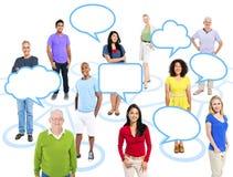 Πολυ-εθνικοί άνθρωποι που στέκονται χωριστά σε έναν κύκλο Στοκ Εικόνες