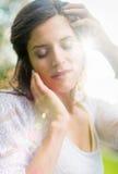 Πολυ-εθνικό κορίτσι που απολαμβάνει τη ζεστασιά ενός ηλιοβασιλέματος Στοκ φωτογραφίες με δικαίωμα ελεύθερης χρήσης