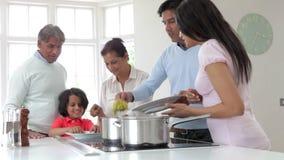 Πολυ ινδικό οικογενειακό μαγειρεύοντας γεύμα παραγωγής στο σπίτι απόθεμα βίντεο