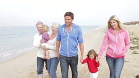 Πολυ οικογένεια παραγωγής που περπατά κατά μήκος της παραλίας από κοινού απόθεμα βίντεο