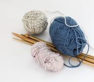 Πολυ πλέκοντας νήμα χρώματος με τις βελόνες στοκ φωτογραφία με δικαίωμα ελεύθερης χρήσης