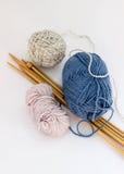 Πολυ πλέκοντας νήμα χρώματος με τις βελόνες στοκ εικόνα