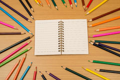Πολυ χρωματισμένα μολύβια και σημειωματάριο με το διάστημα κειμένων Στοκ φωτογραφία με δικαίωμα ελεύθερης χρήσης