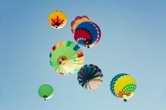 Πολυ χρωματισμένα μπαλόνια ζεστού αέρα στον ηλιόλουστο μπλε ουρανό στοκ φωτογραφίες