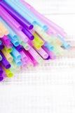 Πολυ χρωματισμένα πλαστικά άχυρα κατανάλωσης Στοκ Φωτογραφία