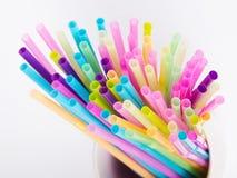 Πολυ χρωματισμένα πλαστικά άχυρα κατανάλωσης Στοκ Εικόνες
