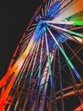 Πολυ χρωματισμένα φω'τα ροδών Ferris πάρκων διασκέδασης Στοκ Φωτογραφίες