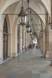 Πολωνία, Κρακοβία, κύρια αγορά, αίθουσα Arcade υφασμάτων Sukiennice Στοκ Φωτογραφία