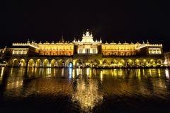 Πολωνία, Κρακοβία Τετράγωνο αγοράς τη νύχτα Το κύριο τετράγωνο αγοράς μέσα Στοκ φωτογραφία με δικαίωμα ελεύθερης χρήσης