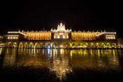 Πολωνία, Κρακοβία Τετράγωνο αγοράς τη νύχτα Το κύριο τετράγωνο αγοράς μέσα Στοκ Εικόνες
