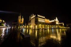 Πολωνία, Κρακοβία Τετράγωνο αγοράς τη νύχτα Το κύριο τετράγωνο αγοράς μέσα Στοκ εικόνες με δικαίωμα ελεύθερης χρήσης