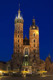 Πολωνία, Κρακοβία, LIT προσόψεων εκκλησιών Mariacki επάνω στο σούρουπο στοκ φωτογραφία