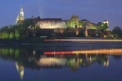 Πολωνία, Κρακοβία, Wawel το βασιλικό Castle, φω'τα μιας περνώντας βάρκας στοκ φωτογραφία
