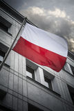 Πολωνική σημαία που πετά από το κτήριο πόλεων στο Γντανσκ Στοκ Φωτογραφίες