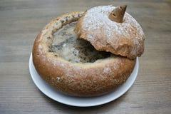 Πολωνική σούπα Zurek που εξυπηρετείται στο ψωμί Στοκ φωτογραφία με δικαίωμα ελεύθερης χρήσης