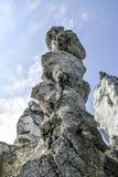 Πολωνικοί ιουρασικοί βράχοι σε έναν λόφο στο czestochowska krakowsko Jura, Ogrodzieniec Στοκ εικόνα με δικαίωμα ελεύθερης χρήσης