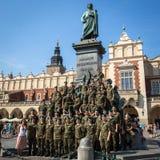 Πολωνικοί στρατιώτες στην ελεύθερη τοποθέτηση ημέρας στη κάμερα κοντά στο μνημείο του Adam Mickiewicz στο κύριο τετράγωνο αγοράς Στοκ εικόνα με δικαίωμα ελεύθερης χρήσης