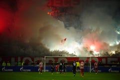 Ποδόσφαιρο ή οπαδοί ποδοσφαίρου που χρησιμοποιεί την πυροτεχνουργία Στοκ Εικόνες