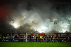 Ποδόσφαιρο ή οπαδοί ποδοσφαίρου που χρησιμοποιεί την πυροτεχνουργία Στοκ Εικόνα