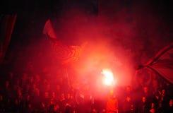 Ποδόσφαιρο ή οπαδοί ποδοσφαίρου που χρησιμοποιεί την πυροτεχνουργία Στοκ εικόνες με δικαίωμα ελεύθερης χρήσης